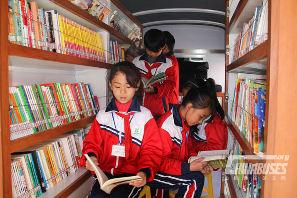 """The """"King Long Mobile Library"""" in school"""