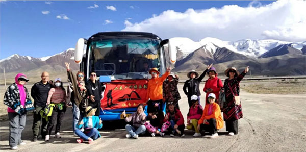 Zhongtong Shiteng Coaches Serve Tourists in West China